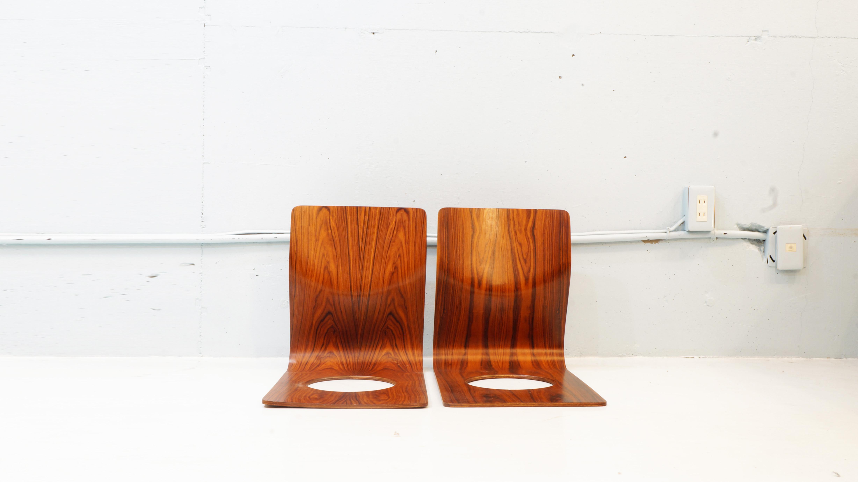 日本でいち早く成形合板を実用化させ数々のロングセラーを生み出してきた日本が誇る家具メーカー この技術の可能性を認めた才能溢れるデザイナーや建築家たちは数多くいます。その中の一人がこちらの座椅子のデザインを手がけた日本人デザイナー 藤森健次 です。1911年10月1日生まれ 1954~55年、フィンランドの国立ユヴァスキラ美術大学のインダストリアル・デザイン科と室内建築インテリアデザイン科に留学。フィンランドならではの積層材を使用した家具がイルマリ・タピオヴァラによって数多くデザインされ、藤森さんはその影響を受け 帰国後スカンジナビアで学んだ機能的で無駄な要素を排し、素材の持ち味を活かすデザインとして1963年に生れたのが  座イス です。こちらの座椅子は、背もたれと座面を成形合板一枚で三次元曲面で加工された極めてシンプルな構造。材の持つ適度な撓りが身体にフィットし圧迫感を和らげた心地良い座り心地を実現、僅か1.7kgと女性でも手軽に扱える重量で末永くご使用頂ける丈夫な造りとなっております。座面に空いた穴は、座布団等を置いた際に畳や絨毯との摩擦を生み出し、ズレを防ぐと共に軽量化と変形防止、且つ持ち運びが容易なフォルムとなっており、積み重ねも可能。また、フィラデルフィア美術館のパーマネントコレクションにも収蔵されております。販売から半世紀も続くロングセラーの商品です。お探しだった方は、是非この機会にいかがでしょうか。~【東京都杉並区阿佐ヶ谷北アンティークショップ 古一/ZACK高円寺店】 古一では出張無料買取も行っております。杉並区周辺はもちろん、世田谷区・目黒区・武蔵野市・新宿区等の東京近郊のお見積もりも!ビンテージ家具・インテリア雑貨・ランプ・USED品・ リサイクルなら古一へ~