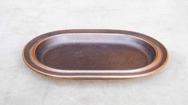"""1960~1990年代に作られた、ARABIAのヴィンテージの代表格とも言える""""ruska/ルスカ""""のオーバルプレート。""""ruska/ルスカ""""シリーズは非常に硬い素材で作られているため、レンジやオーブンなどにも対応している食器になります。フィンランド語で『紅葉』の意味を持つルスカはその名の通り、秋の色付いた葉のように1点異なるグラデーションの色合いが魅力です。『紅葉』をテーマに作られた食器ですので、和食器との相性も抜群です。色付いた葉っぱが風に舞い散る寒い季節に、ルスカに温かい料理を盛り付けて食卓へ…! (ちなみに、このシリーズには珍しくバックスタンプはきれいに残ってます) ~【東京都杉並区阿佐ヶ谷北アンティークショップ 古一/ZACK高円寺店】 古一では出張無料買取も行っております。杉並区周辺はもちろん、世田谷区・目黒区・武蔵野市・新宿区等の東京近郊のお見積もりも!ビンテージ家具・インテリア雑貨・ランプ・USED品・ リサイクルなら古一へ~"""