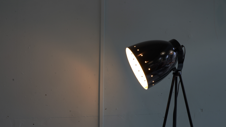 """1960年に創業され、一貫してデザイン性の高さと独創性を追求しているフランスの照明メーカー「Alminor/アルミノール」。「Alminor/アルミノール」社が販売する照明""""camera/カメラ""""は、その名の通り、カメラの三脚のような足が特徴的。また、撮影ライトのようなおしゃれなシェードは、ソファの横や、ベットサイドなど、様々なシュチュエーションに対応できる、インテリアになることでしょう。シェードの形状的に集光型のフロアランプとしてもご使用して頂けるので、壁に掛かった絵を照らすのもいいかもしれません。 ~【東京都杉並区阿佐ヶ谷北アンティークショップ 古一/ZACK高円寺店】 古一では出張無料買取も行っております。杉並区周辺はもちろん、世田谷区・目黒区・武蔵野市・新宿区等の東京近郊のお見積もりも!ビンテージ家具・インテリア雑貨・ランプ・USED品・ リサイクルなら古一へ~"""