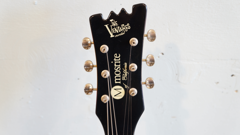 モズライトといえばザ・ベンチャーズ、寺内タケシさん加山さんなどの所有されているギタリストも多く大変ファンの多いメーカーです。海外ではラモーンズやカートコバーン達も使用していたことでも有名です。こちらのEX65の特徴は、美しく高級感のあるジャーマンカーブボディと言われるボディシェイプ。開放弦でも通常フレット上で演奏するサウンドとの違いを感じさせない0フレット仕様や、ダイナミックなビブラート奏法が可能なブリッジ等モズライトならではの良さを堪能出来ます。ナット幅39mmと細く/薄型のネックは非常に弾き易く太くハリのあるクリスピーなサウンドが特徴Surf/HotRod/Punk/Garage/NewWave/Alternative/Shoegazer etc…様々なジャンルで活躍する1本です.こちらの製品は2000年代のジャパンモズライト(黒雲製)の製品かと思われます。お探しだった方は、是非この機会にいかがでしょうか。~【東京都杉並区阿佐ヶ谷北アンティークショップ 古一/ZACK高円寺店】 古一/ふるいちでは出張無料買取も行っております。杉並区周辺はもちろん、世田谷区・目黒区・武蔵野市・新宿区等の東京近郊のお見積もりも!ビンテージ家具・インテリア雑貨・ランプ・USED品・ リサイクルなら古一/フルイチへ~