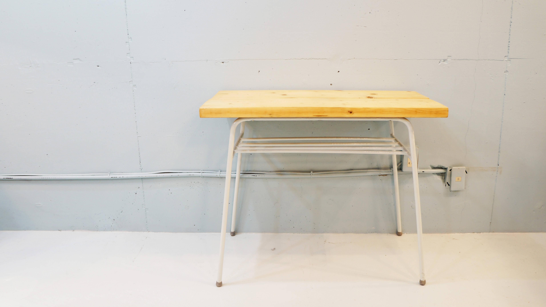 昭和のレトロな食堂テーブルに使用されていた鉄脚と、無垢のナチュラルカラーの板を組み合わせて作製したリメイクテーブル。時代を感じる鉄脚に、地下駐車場等に使用される、 高性能水性塗料で色付け。パソコンなどの作業テーブルや、食卓に置く少人数用のダイニングテーブル等、様々な用途で使用することが可能です。世界で一つだけのリメイクテーブル。 この機会に是非如何でしょうか♪~【東京都杉並区阿佐ヶ谷北アンティークショップ 古一/ZACK高円寺店】 古一/ふるいちでは出張無料買取も行っております。杉並区周辺はもちろん、世田谷区・目黒区・武蔵野市・新宿区等の東京近郊のお見積もりも!ビンテージ家具・インテリア雑貨・ランプ・USED品・ リサイクルなら古一/フルイチへ~