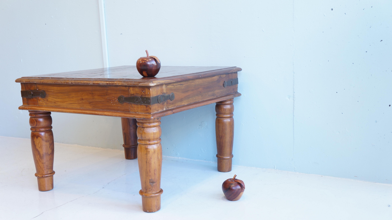古い家具にこだわりを持つ欧米人に愛され続けているアジアのヴィンテージ家具。old maison/オールドメゾンは、列強がアジアを植民地としていた時代に作られたインドやインドネシアの古い家具をもとにヴィンテージデザインの美しさを表現した歴史と木の風合いを感じられる家具を展開しています。古くから伝わる家具の工法や様式を再現し、今の時代に使いやすいサイズやデザインを取り入れ、日々使うごとに木の質感と温かみを感じることができる家具たちを作りだしています。こちらのローテーブルも、アジアンヴィンテージの雰囲気を存分に感じられる商品です。インドチーク材の木目、淵に装飾された金具、フランス家具を思わせる脚のシェイプ、インドの歴史が詰まったような、そんなローテーブルです。小ぶりなサイズ感ですので、一人暮らしの座卓として、ソファーのサイドテーブルなど様々なシチュエーションで活躍してくれる商品です。アジアンテイスト、ヴィンテージスタイル、シャビーシックなど様々なインテリアスタイルに合わせやすいこちらのアジアンヴィンテージテーブルお探しだった方は、是非この機会にいかがでしょうか。~【東京都杉並区阿佐ヶ谷北アンティークショップ 古一/ZACK高円寺店】 古一では出張無料買取も行っております。杉並区周辺はもちろん、世田谷区・目黒区・武蔵野市・新宿区等の東京近郊のお見積もりも!ビンテージ家具・インテリア雑貨・ランプ・USED品・ リサイクルなら古一へ~,ユーズド, リサイクル,ふるいち,古市,フルイチ,used,furuichi
