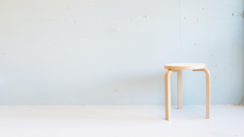フィンランドのモダニズム建築の巨匠、アルヴァ・アアルトが1933年に発表した名作 STOOL 60 。特許を取得している「L-レッグ」と呼ばれる脚は無垢のバーチ材を曲げ、耐久性を高めています。バーチ材は使い込む程に、深い味わいが増しオリジナルのスツールになっていきます。どの角度から見ても無駄のない美しいシンプルなデザインはどんな家具にも合わせやすいです。スツールとしては、ソファの横にサイドテーブルの代わりにもお使い頂けます。80年以上もの間、世界中で愛され続けているこちらのスツール60.お探しだった方は、是非この機会にいかがでしょうか。~【東京都杉並区阿佐ヶ谷北アンティークショップ 古一/ZACK高円寺店】 古一では出張無料買取も行っております。杉並区周辺はもちろん、世田谷区・目黒区・武蔵野市・新宿区等の東京近郊のお見積もりも!ビンテージ家具・インテリア雑貨・ランプ・USED品・ リサイクルなら古一へ~,ユーズド, リサイクル,ふるいち,古市,フルイチ,used,furuichi