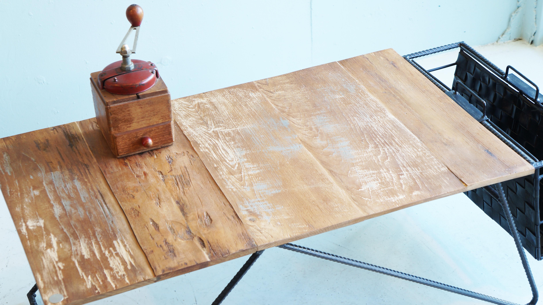 d-Bodhi/ディーボディ社は2000年にオランダ人のレイモンド氏によりインドネシアで設立されたインテリアライフスタイルブランドです。枕木や、古いボードに使用されていた材木など、チークのリサイクル資源を一つ一つ職人の手により丁寧に加工を施した家具を生産し、テーブルなど自然環境に配慮してデザインされたd-bodhiのエコロジー家具を世界に発信しています。古材のナチュラル感を存分に活かしたデザインはヨーロッパでも好評を得ています。表情豊かなチーク古材の天板と、アイアンパーツの組み合わせがインダストリアルな印象のこちらのコーヒーテーブル&マガジンホルダー。シンプルなテーブルにマガジンホルダーが付いていることにより、テーブル上が散らからずにすっきりと片付けることができます。斬新で個性的な雰囲気を醸し出しているため、インテリアのアクセントにもなります。インダストリアル、ヴィンテージスタイル、様々なインテリアスタイルに相性が良いローテーブルです。お探しだった方は、是非この機会にいかがでしょうか。~【東京都杉並区阿佐ヶ谷北アンティークショップ 古一/ZACK高円寺店】 古一では出張無料買取も行っております。杉並区周辺はもちろん、世田谷区・目黒区・武蔵野市・新宿区等の東京近郊のお見積もりも!ビンテージ家具・インテリア雑貨・ランプ・USED品・ リサイクルなら古一へ~,ユーズド, リサイクル,ふるいち,古市,フルイチ,used,furuichi