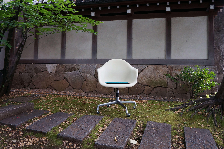 Eames aluminum base<br/> arm shell chair