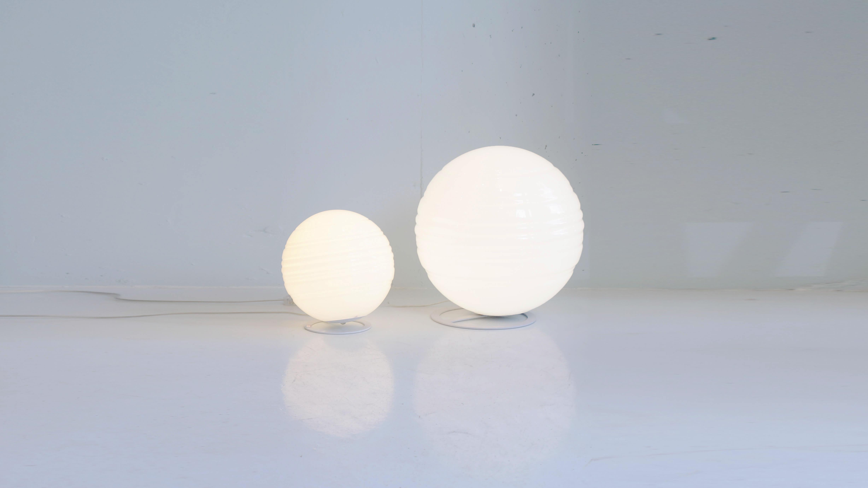 DE MAJO(デマヨ)社は、ヴェネチアガラスの発祥の地、イタリアのベネチア・ムラノにあり、伝統的な技術製法を守り続けている照明ブランド。イタリアのトレビーゾ出身のデザイナーOriano Favarettoによるデザイン。シンプルで美しい丸いフォルムから放たれる、優しい光がの白いガラスを通して、とても心地よい印象を与えるので、シンプルですが存在感のあるランプになります。参考上代 約5万円前後シンプルデザインの照明をお探しの方は是非♪~【東京都杉並区阿佐ヶ谷北アンティークショップ 古一/ZACK高円寺店】 古一では出張無料買取も行っております。杉並区周辺はもちろん、世田谷区・目黒区・武蔵野市・新宿区等の東京近郊のお見積もりも!ビンテージ家具・インテリア雑貨・ランプ・USED品・ リサイクルなら古一へ~,ユーズド, リサイクル,ふるいち,古市,フルイチ,used,furuichi