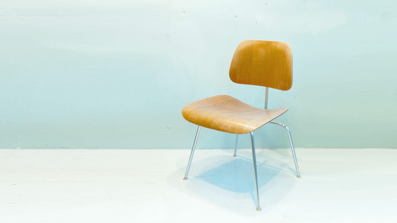 ハーマンミラー社製、イームズデザインのDCMチェア。1946年に発売されて以来、1度も生産中止になったことがないという、世界中で愛され続けているチェアです。1999年にアメリカのタイム誌は、「20世紀最高のデザイン」として、この椅子を選出しました。さらに、同誌はDCMチェアを「優雅で、軽やかで、快適」と評しています。類似品や模倣品は多数あれど、オリジナルを超えるものはありません。自然と背もたれに体重がかかり、体にフィットする3次元のカーブを実現した、プライウッドとスチールの異素材を組み合わせたデザイン。それは、70年前の椅子とは思えない新鮮な輝きを放ち続けています。~【東京都杉並区阿佐ヶ谷北アンティークショップ 古一/ZACK高円寺店】 古一/ふるいちでは出張無料買取も行っております。杉並区周辺はもちろん、世田谷区・目黒区・武蔵野市・新宿区等の東京近郊のお見積もりも!ビンテージ家具・インテリア雑貨・ランプ・USED品・ リサイクルなら古一/フルイチへ~