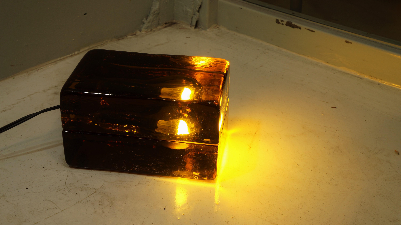 1992年にスウェーデンのストックホルムに創設されたデザインブランド、デザインハウスのブロックランプ。1996年に発表され、2000年にはMoMAのパーマネントコレクションの一つとなりました。まるで氷の中に電球が埋め込まれているかのようなデザインはフィンランドを代表するデザイナー、ハッリ・コスキネンによるもの。こちらは発売10周年を記念して発売された、琥珀色のガラスが美しい、特別モデルのアンバー。壁掛けホルダー付きです。現在では廃盤となっているレアなお品です。冷たい氷のような見た目から放たれる光はとてもやわらかく、あたたかい。独特な存在感のあるランプでお部屋を照らしてみませんか?~【東京都杉並区阿佐ヶ谷北アンティークショップ 古一/ZACK高円寺店】 古一/ふるいちでは出張無料買取も行っております。杉並区周辺はもちろん、世田谷区・目黒区・武蔵野市・新宿区等の東京近郊のお見積もりも!ビンテージ家具・インテリア雑貨・ランプ・USED品・ リサイクルなら古一/フルイチへ~