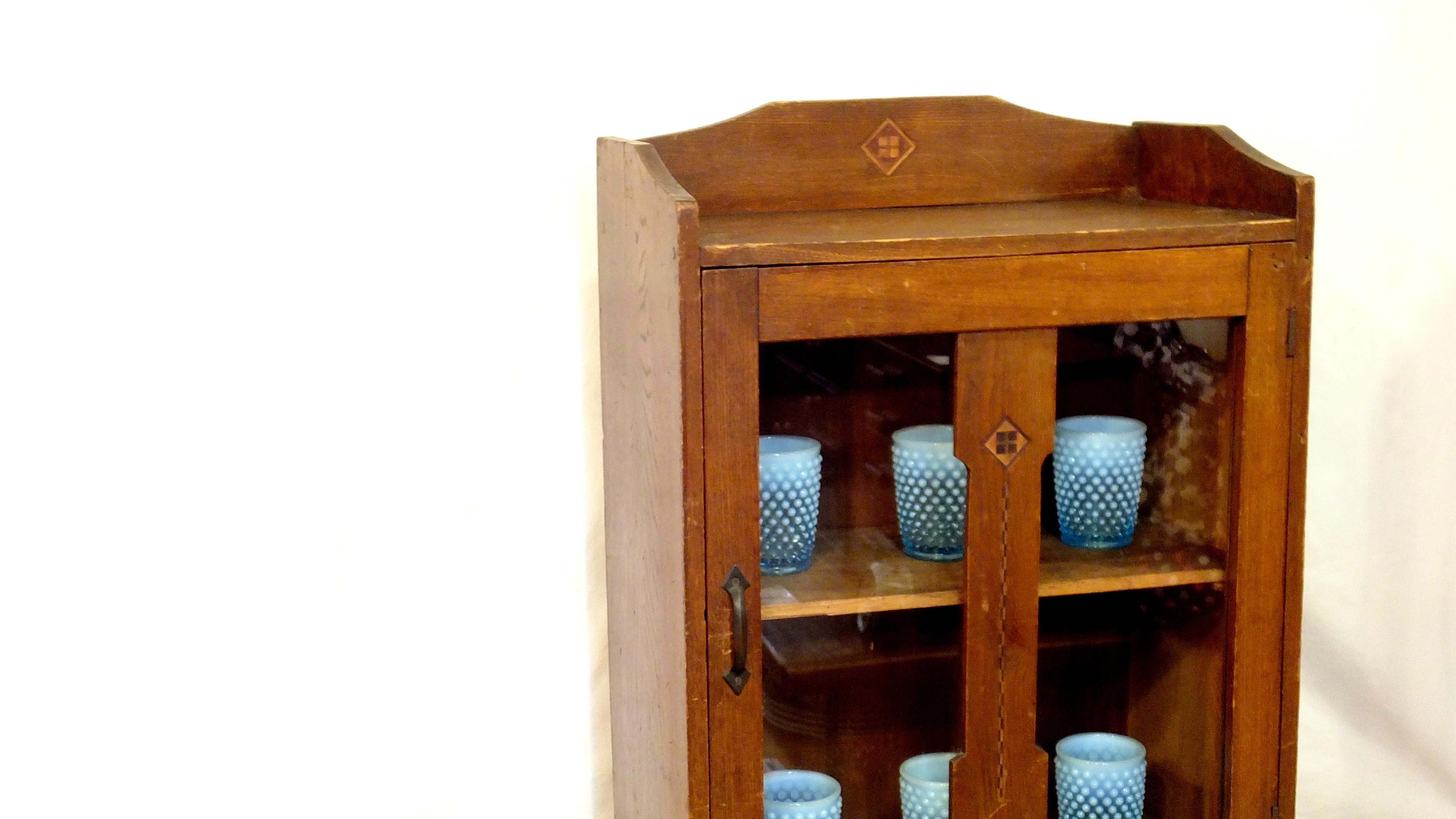 日本のアンティークキャビネット。回顧的なデザインや、長い年月を経て生まれた木の深みを味わえるお品物。時代を感じさせる佇まい、扉の装飾の仕様は昔ながらのものになります。食器の収納はもちろん、小ぶりなサイズ感ですのでお好きなインテリア雑貨などを収納して飾り棚としてお使い頂けるかと思います。和モダン、レトスタイル、古材インダストリアル系のインテリアに相性が良い雰囲気のあるレトロ棚。ガラスにヒビや曇りなどもなくまだまだご使用頂けます。店舗やカフェの什器としてもおすすめです。お探しだった方は、是非この機会にいかがでしょうか。~【東京都杉並区阿佐ヶ谷北アンティークショップ 古一/ZACK高円寺店】 古一では出張無料買取も行っております。杉並区周辺はもちろん、世田谷区・目黒区・武蔵野市・新宿区等の東京近郊のお見積もりも!ビンテージ家具・インテリア雑貨・ランプ・USED品・ リサイクルなら古一へ~,ユーズド, リサイクル,ふるいち,古市,フルイチ,used,furuichi