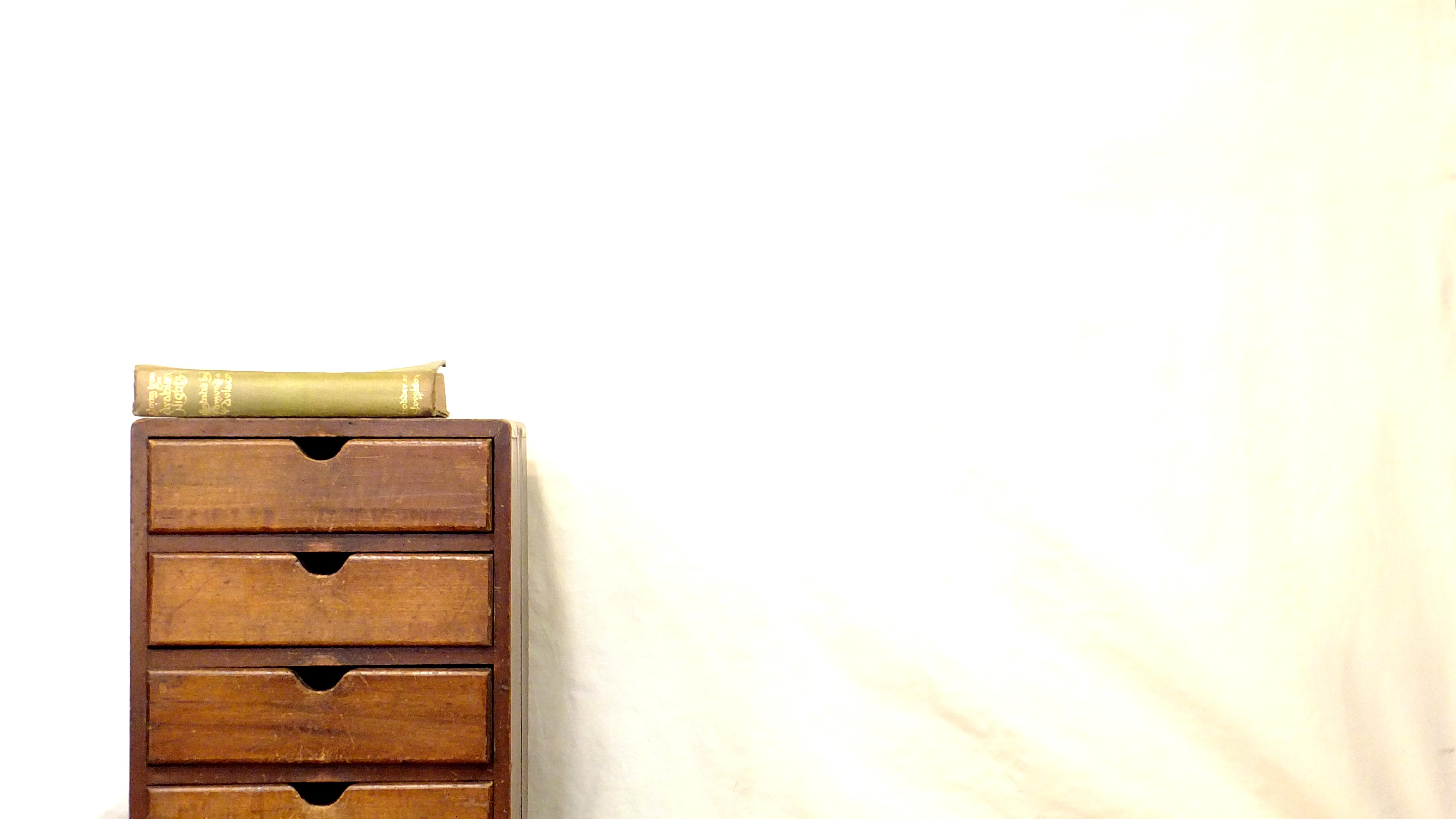 昭和レトロ 古い木製のアンティーク5杯小引き出しです。古い木の質感が味わえる、和製アンティークの小引き出し。小さなサイズで卓上や机上での使用にもぴったりなお品です。昭和レトロな雰囲気溢れる一品ですので一つ置くだけでお部屋の印象も変わりレトロやアンティークスタイルに相性が良いです。ご一緒に観葉植物などをあわせてボタニカルな雰囲気も楽しめます。雰囲気のある小引出し、お好きな方は是非♪~【東京都杉並区阿佐ヶ谷北アンティークショップ 古一/ZACK高円寺店】 古一では出張無料買取も行っております。杉並区周辺はもちろん、世田谷区・目黒区・武蔵野市・新宿区等の東京近郊のお見積もりも!ビンテージ家具・インテリア雑貨・ランプ・USED品・ リサイクルなら古一へ~,ユーズド, リサイクル,ふるいち,古市,フルイチ,used,furuichi,こいちAntique,Drawer,Cabinet,アンティーク ,キャビネット,キャビネット,ドロワー,チェスト,レトロ,レトロ家具,チェスト,小引出し,収納,イギリスビンテージ,イギリスアンティーク,レトロキャビネット,アンティーク家具,