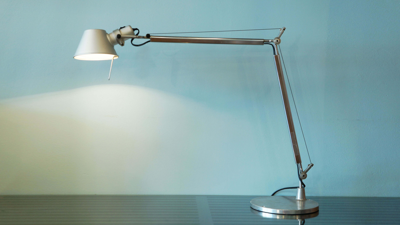 デザインのニュームーブメント「メンフィス」を結成し、ポストモダンの代表として、一世を風靡したイタリアの人気デザイナー、Michele de Lucchi / ミケーレ・デ・ルッキと、 イタリアを代表する照明ブランド『Artemide/アルテミデ』による、軽快でスタイリッシュなアームライト『TOLOMEO / トロメオ』。トロメオシリーズは1987年、テーブルランプ「TAVOLO」、フロアランプ「TERRA」、壁付け「PARETE」の3タイプから始まり、天井付け「SUSPENSION」クリップタイプ「PINZA」、また布シェードの「BASCULANTE」などの20種類以上のバリエーションが揃い、世界で人気の高いスタンダードな照明となりました。アルミ製のシンプルで完成度が高いフォルムのシェードは、 空間を選ばないデザイン。ホテルや住宅を始め、ワークスペースなどの多様な空間で適します。自由な可動性を持たせるためにワイヤーで各部のバランスを取らせています。シェードから下がっているスペーサーを引き寄せた時の可動は、信じられないほどスムーズです。Michele de Lucchi / ミケーレ・デ・ルッキの鋭いデザインと、遊び心が加わった高品質な照明「TOLOMEO / トロメオ」。この機会に是非、いかがでしょうか♪~【東京都杉並区阿佐ヶ谷北アンティークショップ 古一/ZACK高円寺店】 古一では出張無料買取も行っております。杉並区周辺はもちろん、世田谷区・目黒区・武蔵野市・新宿区等の東京近郊のお見積もりも!ビンテージ家具・インテリア雑貨・ランプ・USED品・ リサイクルなら古一へ~,ユーズド, リサイクル,ふるいち,古市,フルイチ,used,furuichi