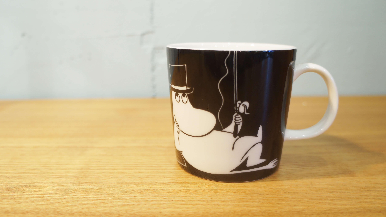ムーミン谷に住むムーミン一家の生活を活き活きと描いた、誰もが知る名作「ムーミン」。 アニメーションのとはまた違った角度から、原作者トーべ・ヤンソンが描いた、ムーミンの世界感を感じ取れるマグカップをご紹介します。ヘルシンキ郊外のアラビア地区で誕生し、 世界中から愛される陶磁器ブランドであるアラビア/ARABIA。そんなアラビアから1990年の発売された、ムーミンマグシリーズ。発売以来、 廃番・新発売を繰り返し、さまざまなキャラクターが登場しています。シーズン限定やアニバーサリーアイテムなど、過去に発売されたモデルの数はかなりのもの。ムーミンファンにとっては、種類が豊富なこのマグを、コレクションしていくのも楽しみの一つとなっています。ムーミンパパのマグカップ。片面には、釣りを楽しむパパが、もう片面には頬杖をついて、物思いにふけるムーミンパパが描かれています。落ち着いた印象を受けるこのマグカップは、現在廃番になっており手に入れることができません。お色はブラックでシンプル。モノトーンなので、非常に使いやすく、場所を選びません。ムーミンシリーズのマグカップをお探しの方、この機会に是非いかがでしょうか♪~【東京都杉並区阿佐ヶ谷北アンティークショップ 古一/ZACK高円寺店】 古一では出張無料買取も行っております。杉並区周辺はもちろん、世田谷区・目黒区・武蔵野市・新宿区等の東京近郊のお見積もりも!ビンテージ家具・インテリア雑貨・ランプ・USED品・ リサイクルなら古一へ~,ユーズド, リサイクル,ふるいち,古市,フルイチ,used,furuichi