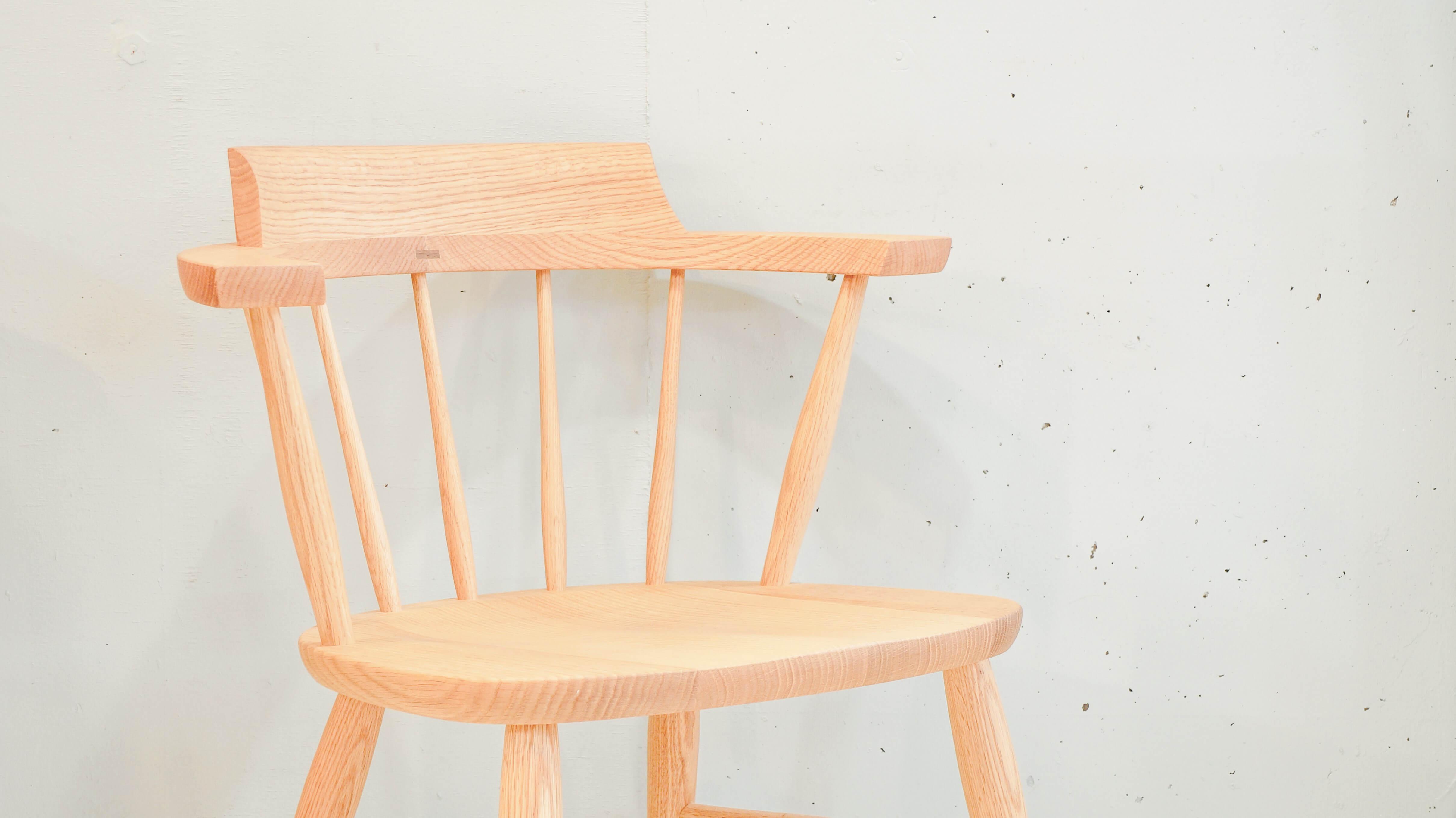 """1800年代初期、イギリスの匠によって制作された『ウィンザーチェア』を柏木工が現代の日本に合わせ、""""リ・デザイン""""したチェア、クラウンチェアです。丁度いい肘掛けの高さや、""""座刳り(ざぐり)""""と呼ばれる座り心地を良くする為の、座面のでこぼこ、見た目の美しさと強度を誇る曲木の背もたれなど、さまざまなこだわりが詰まっています。KASIWA,MOKKO,CROWN,CHAIR,TAKAYAMA WOOD WORKS,CAPTAIN CHAIR,柏木工,クラウンチェア,高山ウッドワークス,キャプテンチェア,ダイニングチェア,飛騨家具,椅子,無垢,ナチュラル,中古,東京都,杉並区,阿佐ヶ谷,北,アンティーク,ショップ,古一,ZACK,高円寺,店,古,一,出張,無料,買取,杉並区,周辺,世田谷区,目黒区,武蔵野市,新宿区,東京近郊,お見積もり,ビンテージ家具,インテリア雑貨,ランプ,USED品, リサイクル,ユーズド,ふるいち,古市,フルイチ,used,furuichiCAPTAINウィンザーチェア,キャプテンチェア,ナチュラル,手作り,無垢,飛騨高山~【東京都杉並区阿佐ヶ谷北アンティークショップ 古一/ZACK高円寺店】 古一/ふるいちでは出張無料買取も行っております。杉並区周辺はもちろん、世田谷区・目黒区・武蔵野市・新宿区等の東京近郊のお見積もりも!ビンテージ家具・インテリア雑貨・ランプ・USED品・ リサイクルなら古一/フルイチへ~"""