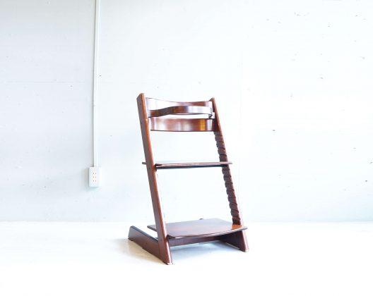 """ノルウェー生まれのベビー用品ブランド「ストッケ」小さな子供が家族一緒のテーブルで快適に過ごせる""""人間工学""""に基づいたデザインで世界中で愛されており、子供とともに成長する椅子として、誕生後すぐから大人になってからも快適に座れます。耐重量は最大で80kgなので子供から大人までご使用いただけるお品物です。こちらは、落ち着きのあるブラウンカラーですのでヴィンテージスタイルのダイニングテーブルにも相性の良いカラーリングです。写真のように違うカラーと合わせてお使い頂くのもおすすめです。お探しだった方は、是非この機会にいかがでしょうか。~【東京都杉並区阿佐ヶ谷北アンティークショップ 古一/ZACK高円寺店】 古一では出張無料買取も行っております。杉並区周辺はもちろん、世田谷区・目黒区・武蔵野市・新宿区等の東京近郊のお見積もりも!ビンテージ家具・インテリア雑貨・ランプ・USED品・ リサイクルなら古一へ~,ユーズド, リサイクル,ふるいち,古市,フルイチ,used,furuichi"""