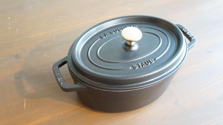 """1974年にフランスで誕生して以来、琺瑯製品の特徴である「ムラのない熱回り」「優れた保温性」「職人も手作りによる確かな品質」を永く受け継ぎ、フランスのシェフ達が長年に渡り信頼を寄せる""""ストウブ""""の鍋。一番の特徴はフタの内側にある「ピコ」と呼ばれる小さい突起。食材から出た水分が蒸気になり、水滴に変わり、ピコをつたってまんべんなく食材に降り注ぐことにより、香りと風味を逃さず、ジューシーに仕上げます。内外側ともにホーロー製で、表面にはストウブ独自の「ブラックマットエマイユ加工」が 施され、油の粒子が鋳鉄になじみ、食材が焦げ付きにくくなっています。こちらは、お魚をまるごと一匹など長さのある食材をそのまま調理できるオーバルタイプ。煮込み料理だけでなく、ごはんを炊いたり、揚げ物をしたり、使い方はいろいろ。置いてあるだけでも絵になるストウブは調理してそのまま食卓に並べても◎。食卓が一気におしゃれなテーブルに…!また、ストウブは熱源を選びません。オーブン、電気プレート、ガス、電熱器、オーブン、IH、ハロゲンヒーターでもご使用いただけます。""""食卓においしい料理と幸せを運ぶ""""ストウブのお鍋でワンランク上のお料理をお楽しみください♪~【東京都杉並区阿佐ヶ谷北アンティークショップ 古一/ZACK高円寺店】 古一/ふるいちでは出張無料買取も行っております。杉並区周辺はもちろん、世田谷区・目黒区・武蔵野市・新宿区等の東京近郊のお見積もりも!ビンテージ家具・インテリア雑貨・ランプ・USED品・ リサイクルなら古一/フルイチへ~"""