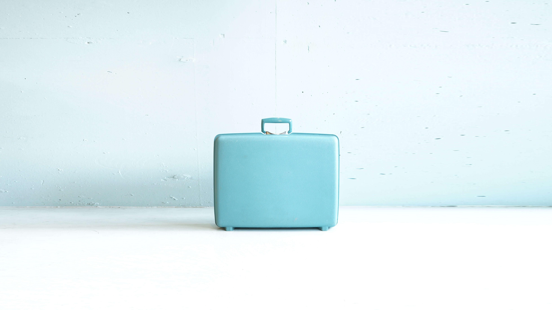 100年の長きにわたり、変わりゆく人々のライフスタイルや旅行者のニーズに応え、機能的でありながらもデザイン性の高い製品を開発し続ける SAMSONITE/サムソナイト。「Life's a Journey―人生は旅」という言葉を掲げ、世界中を旅するひとりひとりが多様な人生を歩んでいる現代において、目的地や移動手段、旅のあり方がどのようなものであっても 旅行者の最高のパートナーとなる製品を作り続けていくバッグブランドです。こちらは1950年代のヴィンテージ samsonite(サムソナイト)製トランク。ミッドセンチュリー期に流行った、淡いブルーグリーンが印象的です。キャスターはついていませんが、1泊程度の旅行にも対応出来そうな大きさです。旅行用にはもちろん、CDや雑貨などをしまう収納にもお使い頂けます。店舗什器にもよくディスプレイされているものも多く見かけますね。ヴィンテージならではの、現行モデルにはない可愛らしさを感じられるこちらのヴィンテージトランク。お探しの方は是非いかがでしょうか。~【東京都杉並区阿佐ヶ谷北アンティークショップ 古一/ZACK高円寺店】 古一/ふるいちでは出張無料買取も行っております。杉並区周辺はもちろん、世田谷区・目黒区・武蔵野市・新宿区等の東京近郊のお見積もりも!ビンテージ家具・インテリア雑貨・ランプ・USED品・ リサイクルなら古一/フルイチへ