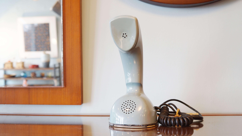 北欧スウェーデンのL.M.エリクソン社から発売された、コブラ/cobraことエリコフォン/Ericofon。その形状からコブラ/cobraの愛称で親しまれ、世界で最も知られた電話機の一つと言われています。底面にダイアルが組み込まれており、本体ごと持ち上げて受話器として使います。このミニマムな素晴らしいデザインが40年代に製品化され、世界的に販売されていました。そして、その優れたデザイン性でコブラ/cobraはMoMA(ニューヨーク近代美術館)にコレクションされ、同美術館の工業デザインの代表的アイテムとなっています。エリコフォンには数種類のモデルと数多くのカラーバリエーションが作られました。スウェーデンデザインのアイテムを集めている方や、アンティークの電話機をお探しの方。この機会に是非いかがでしょうか♪~【東京都杉並区阿佐ヶ谷北アンティークショップ 古一/ZACK高円寺店】 古一/ふるいちでは出張無料買取も行っております。杉並区周辺はもちろん、世田谷区・目黒区・武蔵野市・新宿区等の東京近郊のお見積もりも!ビンテージ家具・インテリア雑貨・ランプ・USED品・ リサイクルなら古一/フルイチへ~