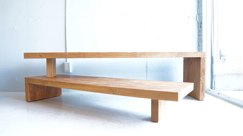 """d-Bodhi/ディーボディは2000年にオランダ人のRaymond Davids氏によりによりインドネシア中部ジャワのジョグジャカルタに設立された古材チーク専門のインテリアライフスタイルブランド。枕木や古いボードに使用されていた材木など、チークのリサイクル資源を用い、一つ一つ職人の手により丁寧に加工を施した家具を生産しており、自然環境に配慮してデザインされたエコロジー家具を世界に発信しています。こちらはチーク材を贅沢に使用した可動式のローボード。重量感のあるずっしりとしたフォルムが印象的です。二つのパーツを組み合わせるシンプルなデザインで、角度や長さをシチュエーションによって変えることができます。コーナーに合わせてL字型にしたり、二つを重ねて上段にテレビを置き下段にはAV機器を収納したり、床に座ってデスクとして使ったり、使い方は様々。古材のナチュラル感を活かすために、あえて特別な加工はされていません。使いこまれるほどにオールドチークの醸し出すヴィンテージ感がその味わいと共に増していきます。ナチュラルスタイルやヴィンテージスタイルにも合わせやすいローボード。経年によって増す""""良い味""""をお楽しみいただける家具をぜひいかがでしょうか♪~【東京都杉並区阿佐ヶ谷北アンティークショップ 古一/ZACK高円寺店】 古一/ふるいちでは出張無料買取も行っております。杉並区周辺はもちろん、世田谷区・目黒区・武蔵野市・新宿区等の東京近郊のお見積もりも!ビンテージ家具・インテリア雑貨・ランプ・USED品・ リサイクルなら古一/フルイチへ~"""