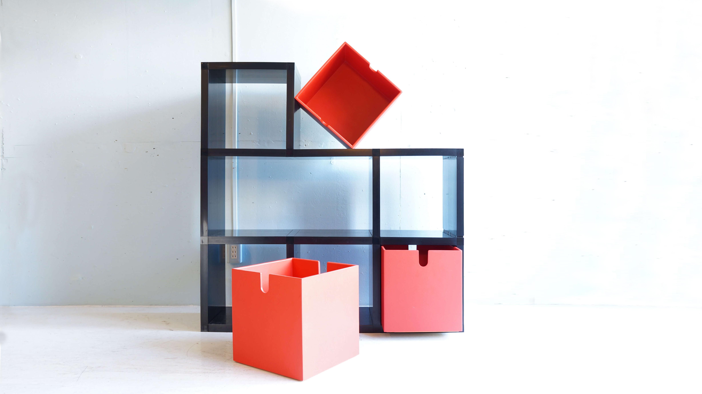 """カルテルは50年以上の歴史あるイタリアのプラスチック家具メーカーです。世界的大ヒット商品「コンポニビリ」をはじめ、フィリップ・スタルク、ヴィコ・マジストレッティ、アントニオ・チッテリオを始めとする巨匠デザイナーとのコラボレーションから生まれた、製品を多数発表しています。そんなイタリアのカルテル社から販売された、シェルビングシステム""""モジュラーブックシェルフ""""。組み立て式なので、板材とその接合パーツに分かれています。パーツをはめるだけなので、工具などは不要です。いろいろな組み合わせが可能で、お部屋のスペースや雰囲気に合わせて、形を変えられます。段を作るとシェルビング自体がオブジェのように変化します。組み立てが簡単で、本体重量は持ち運びできるの重さですので、気軽に配置換えができます。変わったデザインの棚をお探しの方、この機会に是非いかがでしょうか♪~【東京都杉並区阿佐ヶ谷北アンティークショップ 古一/ZACK高円寺店】 古一/ふるいちでは出張無料買取も行っております。杉並区周辺はもちろん、世田谷区・目黒区・武蔵野市・新宿区等の東京近郊のお見積もりも!ビンテージ家具・インテリア雑貨・ランプ・USED品・ リサイクルなら古一/フルイチへ~"""