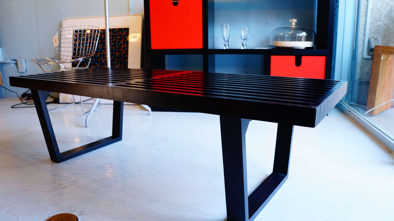 ジョージ・ネルソンのデザインコンセプトの数少ない失敗例となったプラットホームベンチ。当初は、ニューヨークにあるネルソン自身のオフィス向けに製作され、長居をする来客を細長い板の並んだベンチに座らせて早々に帰らせようという考えでしたが、ネルソンの予想に反して、来客はこのベンチを快適に感じてしまい、腰を上げませんでした。その後、1945年からハーマン・ミラー社のデザイン・ディレクターとなり、1946年にはハーマンミラー・コレクションに加えられたネルソンの最初の作品となりました。すっきりとした直線的なラインが特徴的で、どんな空間にも溶け込見やすいデザインが魅力です。ガラス天板付きなので、ローテーブルや、サイドテーブル、TVボードなど、様々な用途でお使い頂けるかと思います。~【東京都杉並区阿佐ヶ谷北アンティークショップ 古一/ZACK高円寺店】 古一では出張無料買取も行っております。杉並区周辺はもちろん、世田谷区・目黒区・武蔵野市・新宿区等の東京近郊のお見積もりも!ビンテージ家具・インテリア雑貨・ランプ・USED品・ リサイクルなら古一へ~,ユーズド,ふるいち,古市,フルイチ,used,furuichi ネルソンベンチ