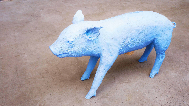 """アメリカ、ニュージャージー生まれのデザイナー、ハリー・アレンが手掛けたブタの貯金箱。""""REALITY""""という、現実にあるものの形を忠実に再現したシリーズで、この貯金箱は""""Bank in the form of a pig""""と名付けられています。ハリー・アレンはニューヨークのアート・デザインストアMOSSやSUPREMEのインテリアデザインを手がけたことで有名なインテリア・インダストリアルデザイナー。Warner Bros.やMabis、IKEAなどの企業をクライアントとして持ち、数多くの賞を受賞しています。また、彼の作品はニューヨーク近代美術館(MoMA)やブルックリンミュージアムなどで パーマネントコレクションとして展示されています。この貯金箱は実は、死んでしまった本物の子豚から精密に型を取って作られたまさに""""リアリティ""""な一品。背中の穴からお金を入れ、お腹のコルクを外すと取り出すことができます。死んでしまった動物に、このようなオブジェとして永遠の命を与えるような作品で、 ハリー・アレンの代表作でもあります。""""REALITY""""シリーズは他にも、ハリー・アレン自身の手をかたどったフックや彼の弟が使っていた額縁をかたどってポリエステル樹脂で再現した額縁やイタリアの古い教会で使われていた鍵をかたどったキーホルダーなど、さまざまなものを忠実に精工にかたどった作品があります。それそれに実用的な用途を加え、新しいモノとして生まれ変わらせています。既に存在している優れたデザインの物を鮮やかな色を使って無機質に仕上げることによって元々持っているその美しさ、形、コンセプト、構造を際立たせています。ハリー・アレンの独特な世界観から生まれた貯金箱。とてもインパクトのあるオブジェとしても、お部屋のアクセントにいかがでしょうか♪~【東京都杉並区阿佐ヶ谷北アンティークショップ 古一/ZACK高円寺店】 古一/ふるいちでは出張無料買取も行っております。杉並区周辺はもちろん、世田谷区・目黒区・武蔵野市・新宿区等の東京近郊のお見積もりも!ビンテージ家具・インテリア雑貨・ランプ・USED品・ リサイクルなら古一/フルイチへ~"""