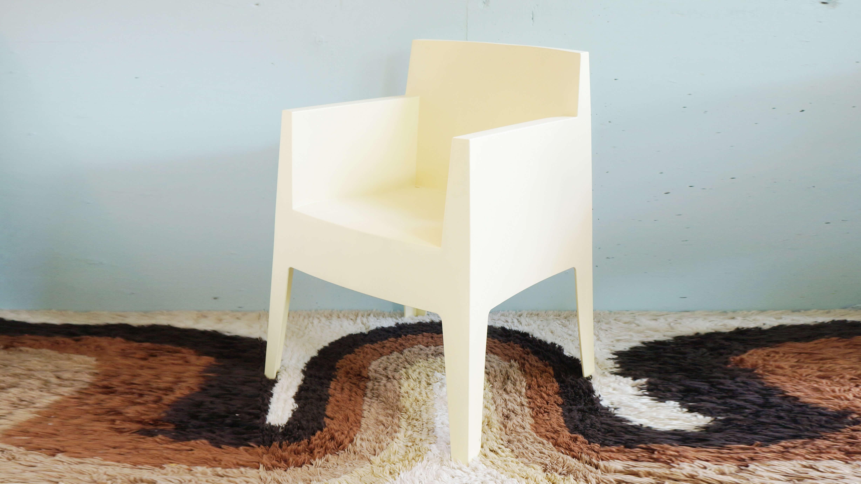 ドリアデ/driadeから、1999年に発表され、それ以来変わらぬ人気を保ち続けるTOYチェア。 この椅子は、建築・インテリア・家具・食器・印刷物・インダストリアルデザイン等の様々な分野で活躍し続けるデザイナー「フィリップスタルク/PhilippeStarck」によって生み出されました。樹脂から生み出されたそのフォルムは、一見硬質な印象を受けがちです。ですが、実際は人体の形に合わせて、座面が緩やかにそしてしなやかにカーブしているため、にぴったりフィットする、素晴らしい座り心地を提供してくれます。 ~【東京都杉並区阿佐ヶ谷北アンティークショップ 古一/ZACK高円寺店】 古一/ふるいちでは出張無料買取も行っております。杉並区周辺はもちろん、世田谷区・目黒区・武蔵野市・新宿区等の東京近郊のお見積もりも!ビンテージ家具・インテリア雑貨・ランプ・USED品・ リサイクルなら古一/フルイチへ~