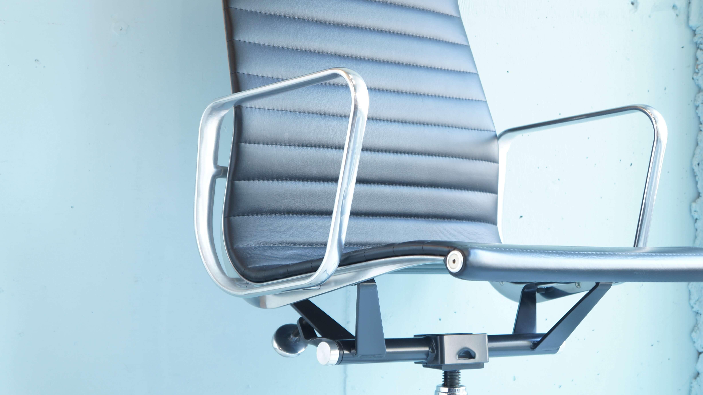 リアルレザーの表情とアルミという異素材との組み合せ、他に類を見ない美しい曲線が特徴の逸品。Eames Aluminum Group Executive Chairエーロ・サーリネンから、自身が設計した実業家のJ.アーウィン・ミラー邸に「屋外用の上質な椅子が欲しい」と依頼されてチャールズ&レイ・イームズがデザインしたのがアルミナムチェアです。堅牢なアルミダイキャストのシートフレームに合成繊維のメッシュ素材をぴんと張ったチェアは、硬いシェルという従来の椅子のコンセプトを脱却しました。1958年、ハーマンミラーは屋内用のアルミナムグループチェアの製造を開始。21世紀の屋内でも現代的かつクラシックな輝きを保ちつづけています。無駄のないすっきりとしたラインを描くこのチェアは、モダンな室内や伝統的なインテリアの書斎、上品なオフィス空間や時代の先端を行く企業のフロアまで、あらゆる場所に溶け込みます。シートとベースを繋ぐ軸のパーツを手で回すことで高さ調整を行います。ネジ山の露出具合で細かい高さ調整が可能。機械操作のようなところがアルミナムの魅力のひとつです。シート下の横軸にあるハンドルを回すことでリクライニングの硬さを調整することができます。シートと背もたれが一体のため同時に動き、心地よい硬さに調整ができます。オーナーの体に合わせて適度にのびたレザーは手の微量な油分を吸収し長い時間衣服で自然に磨かれ何とも言えないツヤを持ちます。ハーマンミラープロダクトにはジーンズが自分の体に合わせて伸縮し色落ちするようにプロダクトを育てる楽しさがあります。ミッドセンチュリー時代から今もなお現代の環境に合わせて進化し続けているプロダクトはそう多くはありません。10年後のヴィンテージを目指しお使い頂ければ、以後のライフスタイルに素晴らしい時間を与えてくれるかと思います。モダンインテリアなお部屋や書斎、オフィス空間に是非いかがでしょうか。~【東京都杉並区阿佐ヶ谷北アンティークショップ 古一/ZACK高円寺店】 古一では出張無料買取も行っております。杉並区周辺はもちろん、世田谷区・目黒区・武蔵野市・新宿区等の東京近郊のお見積もりも!ビンテージ家具・インテリア雑貨・ランプ・USED品・ リサイクルなら古一へ~,ユーズド, リサイクル,ふるいち,古市,フルイチ,used,furuichi,デザイナーズ,デザイナーズ家具,