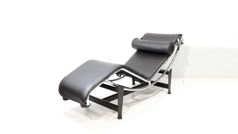LC4シェーズロングチェア。1929年のサロン・ドートンヌで発表され「休養の為の機械」とル・コルビュジエが呼んだ寝椅子。ル・コルビュジェ、ピエール・ジャンヌレ、シャルロット・ペリアンの3人による共同デザインの作品です。「コルビジェの建築のコンセプトを元に導かれた形」「休息椅子としての機能性」「装飾主義から抜け出し「設備」としての家具」というような要素を満たすものとして生み出された普遍の美しさを持つデザイナーズチェアです。綿密にデザインされた背のカーブと、弓形のパイプをずらすことによって寝る角度を自由に変えられることで、素晴らしい座り心地をもたらします。独創的かつ革新的でありながら優美なラインを持つこの作品は世界一有名な寝椅子といわれており、LC4 シェーズロングが住宅やマンションに置かれる事により、空間全体のデザイン性のレベルがあげモダンなインテリアの原点として20世紀を代表するマスターピースのひとつです。是非この機会にいかがでしょうか。≪ル・コルビジェ / Le Corbusier (1887~1965)≫1887年スイスで誕生。 本名シャルル=エドゥアール・ジャンヌレ。20世紀最も偉大な建築家の一人。19世紀から叫ばれていた近代合理主義を、モダニズムデザインという新しい美学へと結晶させていった指導者。≪ピエール・ジャンヌレ / Pierre Jeanneret (1896-1967)≫スイスの建築家でル・コルビュジエの従兄弟にあたり、彼の最も重要なパートナーの一人である。ル・コルビュジエと事務所を設立し、シャルロット・ペリアンと共にLCシリーズなどの名作家具デザインを手がける。≪シャルロット・ペリアン / Charlotte Perriand (1903-1999)≫フランスの建築家、デザイナー。1927年に「屋根裏のバー」を発表し、後にル・コルビュジエのアトリエへ入所する。シェーズロングを始め、数々の名作をコルビュジエとともに世に送り出しました。坂倉準三の推薦により日本に来日したペリアンは、日本の伝統的な暮らしや美意識に深い感銘を受け、その後の作品に強く 反映されました。~【東京都杉並区阿佐ヶ谷北アンティークショップ 古一/ZACK高円寺店】 古一では出張無料買取も行っております。杉並区周辺はもちろん、世田谷区・目黒区・武蔵野市・新宿区等の東京近郊のお見積もりも!ビンテージ家具・インテリア雑貨・ランプ・USED品・ リサイクルなら古一へ~,ユーズド, リサイクル,ふるいち,古市,フルイチ,used,furuichi,デザイナーズ,デザイナーズ家具,
