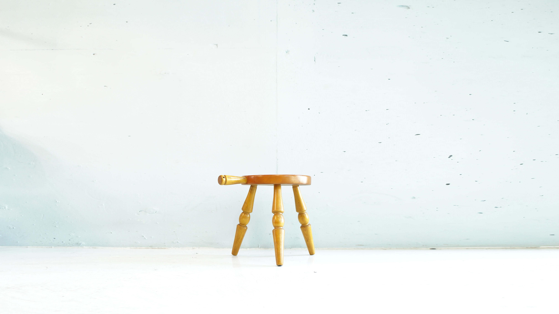 キツツキマークでお馴染みの飛騨高山に拠点を構える老舗メーカー、飛騨産業のミルクスツールが入荷致しました。ミルクスツールは牛の乳しぼりに使う椅子が由来で、通常の椅子より座高が低く、3本脚でどこでも安定して作業できるように出来たスツールです。片手で座横ハンドルを持って椅子移動が簡単できます。玄関先で靴磨き、靴紐を結んだり、置き台に使ったり、花台にもなります。最近では復刻もされておりますが、こちらはオリジナル商品ですので、オリジナルならでは風合いをお楽しみ頂けるお品物です。お探しだったの方は是非この機会にいかがでしょうか。~【東京都杉並区阿佐ヶ谷北アンティークショップ 古一/ZACK高円寺店】 古一/ふるいちでは出張無料買取も行っております。杉並区周辺はもちろん、世田谷区・目黒区・武蔵野市・新宿区等の東京近郊のお見積もりも!ビンテージ家具・インテリア雑貨・ランプ・USED品・ リサイクルなら古一/フルイチへ~