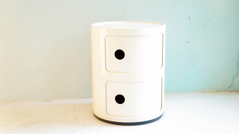 1949年にジュリオ・カステッリによって創立された、歴史あるイタリアのプラスチック家具メーカー、カルテル。最先端の工業技術で表現するエレガントなデザインで、革新的な家具を世界に広めています。こちらは創業者ジュリオ・カステッリの妻であり、緻密なモジュールの概念を持ち合わせた最初のデザイナーでもあるアンナ・カステッリ・フェリエーリが1967年に発表したプラスチック製収納家具の名作「コンポニビリ」。発売から50年たった今でも、カルテルのベストセラーアイテムとして世界中で愛され続けています。シンプルなデザインではありますが、ひとつあるだけでその空間をおしゃれに演出してくれるような独特の存在感があります。リビングや自室でお使い頂くのはもちろん、ベッドサイドに置いて 収納付きのナイトテーブルとしてお使い頂くのもオススメです。そして、コンポニビリの最大の特徴はなんといってもプラスチック製であるということ。キッチンやお風呂場など水回りでもOK、様々なシチュエーションで活躍してくれます。スライド式の扉が付いていますので、テーブルやデスク周りの細々としたものなど見せたくないものをざっと収納しても扉を閉めてしまえば中の物は見えず、なおかつおしゃれ。どんなお部屋にもマッチしてくれるような、場所を選ばないデザインと使い方の幅をどこまでも広げてくれるような柔軟な機能性を兼ねそろえた、収納家具の名作をぜひおひとついかがでしょうか♪~【東京都杉並区阿佐ヶ谷北アンティークショップ 古一/ZACK高円寺店】 古一/ふるいちでは出張無料買取も行っております。杉並区周辺はもちろん、世田谷区・目黒区・武蔵野市・新宿区等の東京近郊のお見積もりも!ビンテージ家具・インテリア雑貨・ランプ・USED品・ リサイクルなら古一/フルイチへ~
