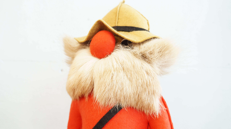 カナダのハンドクラフトのお人形。トロントの森林警備隊をモデルに丁寧に縫い上げられています。綿もしっかり詰められており、問題なく自立致します。髪の毛や髭には鹿毛が使われ、とても上質な作りとなっており、帽子のつばを上げてみると大きな瞳が隠れていてかわいらしいです.赤い洋服と鼻の色が、お部屋のアクセントになって温もりのある雰囲気を演出してくれます。リサ・ラーソンなどの北欧雑貨に合わせても相性の良いお品物かと思います。子供から大人まで、楽しめるこちらのお人形是非この機会にいかがでしょうか。【東京都杉並区阿佐ヶ谷北アンティークショップ 古一/ZACK高円寺店】 古一/ふるいちでは出張無料買取も行っております。杉並区周辺はもちろん、世田谷区・目黒区・武蔵野市・新宿区等の東京近郊のお見積もりも!ビンテージ家具・インテリア雑貨・ランプ・USED品・ リサイクルなら古一/フルイチへ~