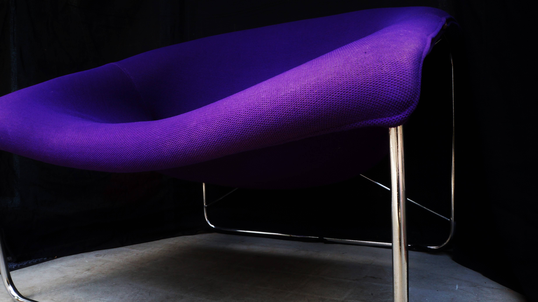 フランス人デザイナー、オリヴィエ・ムルグが1960年代に発表したキュービックチェア。1970年代、フランスで一世を風靡した高級家具ブランド、エアボーン社から発売されました。オリヴィエ・ムルグといえば、スタンリー・キューブリック監督の映画『2001年宇宙の旅』(1968年)に 登場するとても印象的な真っ赤な椅子「Djinn Chair/ジンチェア」でおなじみのデザイナー。インテリアデザインだけでなく、さまざまな分野で活動しており、 60年代にはエアボーン社のデザイナーとして活躍しました。また、ボビーワゴンで知られるデザイナー、ジョエ・コロンボやデンマーク生まれのミッドセンチュリーを代表するデザイナー、ヴェルナー・パントンらと共に、前衛的なインテリアデザイン・プロジェクト「Visiona」(1968~1974年)に参加したことでも知られています。こちらのキュービックチェアは、1968年に「AID International Design Award」を受賞しましたが、実はオリヴィエ・ムルグの作品としてはあまり知られていない、幻の椅子といわれています。スチールのフレームとファブリックのシートという異素材を組み合わせたデザイン。一体成形の有機的なフォルムがミッドセンチュリーやスペースエイジらしい雰囲気を醸し出しています。インパクトのあるルックスで、お部屋の主役になるような芸術的なプロダクトではありますが、腰かけてみると体全体が包み込まれるような、快適な座り心地。ぜひ、インテリアとしても快適なラウンジチェアとしてもお使い頂きたい一脚です。ヴィンテージでしか出会えない、貴重なチェアをぜひいかがでしょうか♪~【東京都杉並区阿佐ヶ谷北アンティークショップ 古一/ZACK高円寺店】 古一/ふるいちでは出張無料買取も行っております。杉並区周辺はもちろん、世田谷区・目黒区・武蔵野市・新宿区等の東京近郊のお見積もりも!ビンテージ家具・インテリア雑貨・ランプ・USED品・ リサイクルなら古一/フルイチへ~