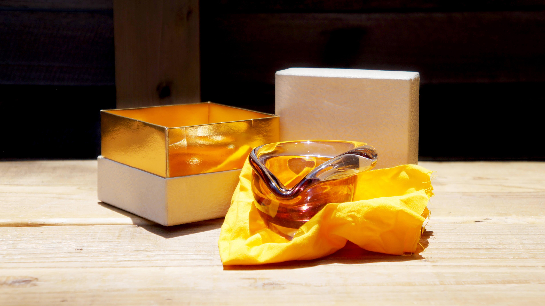日本のガラス芸術の第一人者である岩田久利が、三味線の名家「常磐津文字兵衛」の紫綬褒章綬章を祝してデザインした小鉢。食器としてはもちろん、灰皿やオブジェとしてもお使い頂けます。岩田久利の作品は、漆器や陶器を彷彿とさせる、緻密な技法を駆使し、ガラスの魅力を大体に生かす作風が魅力です。そのため、岩田久利の作品は食器としてだけではなく、灰皿やオブジェとしてもお使い頂けます。和食器はもちろん、北欧の食器とも相性が良く、場所を選ばずお使いして頂けるかと思います。~【東京都杉並区阿佐ヶ谷北アンティークショップ 古一/ZACK高円寺店】 古一/ふるいちでは出張無料買取も行っております。杉並区周辺はもちろん、世田谷区・目黒区・武蔵野市・新宿区等の東京近郊のお見積もりも!ビンテージ家具・インテリア雑貨・ランプ・USED品・ リサイクルなら古一/フルイチへ~