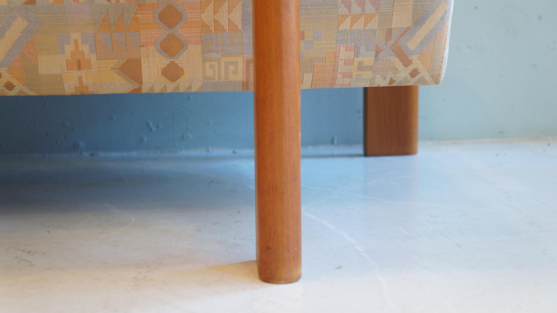 前回紹介したkomfort 社製の1Pソファの3Pソファが入荷致しました。デンマークで製作されたこちらの商品は、質の高いチーク材が豊富に使用されています。 座面のファブリックには淡い色合いのネイティブパターンの生地が採用されております。そして、美しいフレームの曲線は1Pソファ同様に、スペースエイジの影響を感じさせる作りになっており、アメリカヴィンテージスタイルとの相性も大変宜しいかと思います。ソファのサイズは2Pですが、日本の仕様よりも大きめに設計されている為、実際の座面は3人分の広さが御座います。前回紹介したkomfort社製のローテーブルと1pソファとセットで、お使いして頂くことをおすすめ致します。【東京都杉並区阿佐ヶ谷北アンティークショップ 古一/ZACK高円寺店】 古一では出張無料買取も行っております。杉並区周辺はもちろん、世田谷区・目黒区・武蔵野市・新宿区等の東京近郊のお見積もりも!ビンテージ家具・インテリア雑貨・ランプ・USED品・ リサイクルなら古一へ~,ユーズド, リサイクル,ふるいち,古市,フルイチ,used,furuichi,デザイナーズ,デザイナーズ家具,