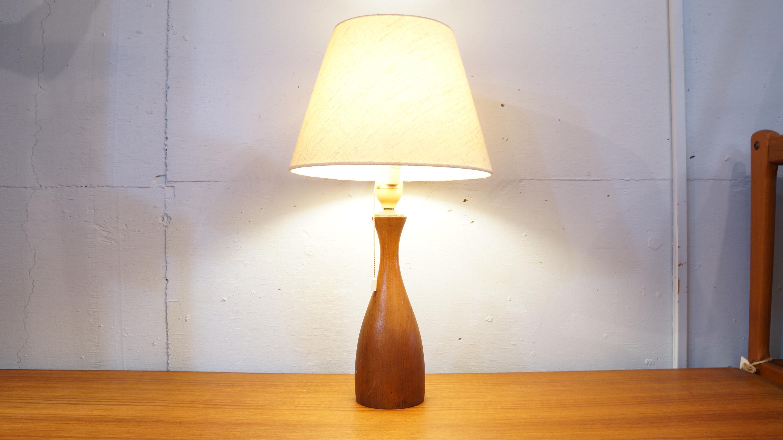 チーク材を贅沢に使い、美しい曲線で削られたベッドサイドランプが入荷致しました。日本製のものかと思われますが、形、素材などから北欧スタイルに相性の良いお品物です。ベッドサイドにはもちろん、小ぶりなサイズですので様々なシチュエーションで活躍してくれます。シェードから漏れてくる光がお部屋に温かみのある印象を演出し読書など、夜のひとときに安らぎを与えてくれます。お探しの方は是非この機会にいかがでしょうか♪~【東京都杉並区阿佐ヶ谷北アンティークショップ 古一/ZACK高円寺店】 古一では出張無料買取も行っております。杉並区周辺はもちろん、世田谷区・目黒区・武蔵野市・新宿区等の東京近郊のお見積もりも!ビンテージ家具・インテリア雑貨・ランプ・USED品・ リサイクルなら古一へ~,ユーズド, リサイクル,ふるいち,古市,フルイチ,used,furuichi,デザイナーズ,デザイナーズ家具,