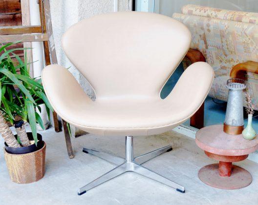 """北欧のモダンチェアの象徴とされる""""スワンチェア""""。デンマーク生まれのデザイナー、アルネヤコブセンが、SASロイヤルホテルの為にエッグチェアと共に生み出したプロダクトです。スカンディナヴィアデザインを代表するスワンチェア/SWAN CHAIRは、家具の歴史を一変させるモダンで斬新なシルエットの椅子として世界中で話題となりました。そして、第二回国際家具コンペディションにおいては、みごと入賞を果たしています。白鳥の美しい羽ばたきを再現したフォルムは、大胆なデザインでありながらも、上質な存在感を感じます。体を覆うかのような形状の背面は、クッションが分厚く7cmの厚みがありますので、安心して体任すことが出来ます。鑑賞用のインテリアとして、体を抱擁されているかの様な座り心地を楽しみたい方、 ぜひ店頭に足を運んで体感してみてください♪※こちらの商品はリプロダクト品になります。【東京都杉並区阿佐ヶ谷北アンティークショップ 古一/ZACK高円寺店】 古一では出張無料買取も行っております。杉並区周辺はもちろん、世田谷区・目黒区・武蔵野市・新宿区等の東京近郊のお見積もりも!ビンテージ家具・インテリア雑貨・ランプ・USED品・ リサイクルなら古一へ~"""