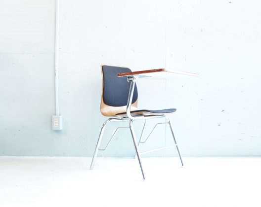 「集いと学び空間」を根底に、学校の椅子や机、ホールの客席などを製造販売する家具メーカーであるaxona AICHI。axona AICHIは1939年に株式会社鶴見製作所として創立。その後、愛知株式会社に社名を変更。そして、1964年に初めてのグッドデザイン賞を受賞します。1992年axona AICHI/アクソナアイチを正式にブランド名としました。数々のグッドデザイン賞を受賞してきたaxona AICHI/アクソナが製造した、今回紹介するチェアウィズタブレット。無駄のない工業的なデザインが大変魅力的です。大型のタブレットが開閉式で装備されています。さらに、座面と背もたれにはクッションが備え付けらているので、長時間の読み物や勉強などに大変便利です。勉強にご使用する方やパソコン作業をする方、この機会に是非いかがでしょうか。 ~【東京都杉並区阿佐ヶ谷北アンティークショップ 古一/ZACK高円寺店】 古一では出張無料買取も行っております。杉並区周辺はもちろん、世田谷区・目黒区・武蔵野市・新宿区等の東京近郊のお見積もりも!ビンテージ家具・インテリア雑貨・ランプ・USED品・