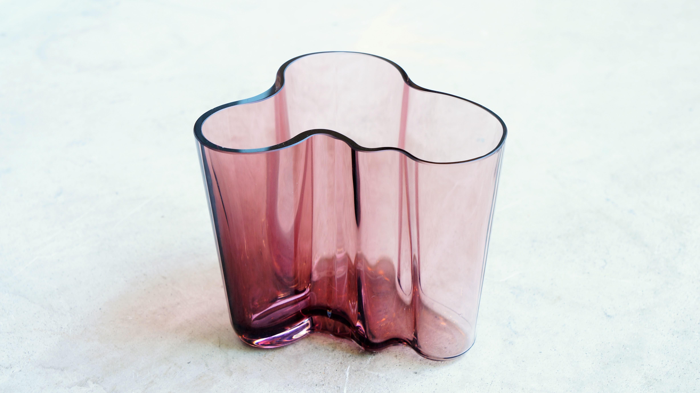 フィンランドが生んだ20世紀を代表する世界的なデザイナー、アルヴァ・アアルトが 1936年のパリ万博フィンランド館のために行われた、「新しい用途を持った美的なガラスデザイン」という コンペに出品するためにデザインしました。 美しい曲線を描く独特な形はフィンランドの湖からインスピレーションを受けたという説や、 白樺の根元付近の断面形状からインスピレーションを受けたなど、この形の由来は諸説あるとのことです。 「世界で一番美しいベース」と賞賛されており、発表から80年以上経った今もなお、 そのデザインは色褪せることがありません。 こちらは2009年にイッタラから発売され現在では廃盤になってしまったパープルの95mmサイズ。 私たちが想像するようなパープルとは少し違い、パープルにブラウンが少し混ざったような 淡く優しい雰囲気の色合いです。 95mmサイズは小さなお花や葉っぱをこじんまりとさり気なく生けるのに適したサイズ。 手軽にお花を生けることができるのがうれしいです。 アアルトベースはなにも入れずにそのままオブジェとして飾っても存在感があります。 お花を生けるときは花瓶として、お花がない時はオブジェとして… 独特の存在感が様々なシチュエーションに活躍してくれます。 美しい北欧デザインをインテリアにいかがでしょうか♪ 東京都杉並区阿佐ヶ谷北アンティークショップ 古一/ZACK高円寺店】 古一/ふるいちでは出張無料買取も行っております。杉並区周辺はもちろん、世田谷区・目黒区・武蔵野市・新宿区等の東京近郊のお見積もりも!ビンテージ家具・インテリア雑貨・ランプ・USED品・ リサイクルなら古一/フルイチへ~