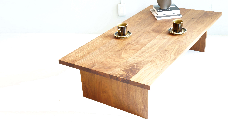 シンプルなデザインと、無駄のない機能性が人気の無印良品。こちらのお品物も無印良品の製品の持つ洗礼されたシンプルデザインが魅力的なセンターテーブルです。前所有者の方が、無印良品のオーダー家具に発注かけ、製作されたお品物で既存の無印良品にはないデザインとなっております。高さが35cmと床に座ってお食事などする際、使い勝手の良い高さに設計されており天板は幅140,奥行70とファミリーでご使用頂けるサイズとなっております。素材にはウォールナット材を使用。耐衝撃性に強く、木肌も美しい為、高級家具や工芸品などにも使用している木材です。適度の油分を含んでいるので、ツヤもあり、人が触れて使い込んでいくことで味のある風合いになっていき経年変化を楽しむことができる素材です。約\200,000-、程で購入されたそうですが納得のデザイン、品質を持ったお品物です。1点物で既製品では、出会えないお品物です。程よいサイズのローテーブル、センターテーブルをお探しだった方は、是非この機会にいかがでしょうか。~【東京都杉並区阿佐ヶ谷北アンティークショップ 古一/ZACK高円寺店】 古一では出張無料買取も行っております。杉並区周辺はもちろん、世田谷区・目黒区・武蔵野市・新宿区等の東京近郊のお見積もりも!ビンテージ家具・インテリア雑貨・ランプ・USED品・ リサイクルなら古一へ~,ユーズド, リサイクル,ふるいち,古市,フルイチ,used,furuichi,デザイナーズ,デザイナーズ家具,