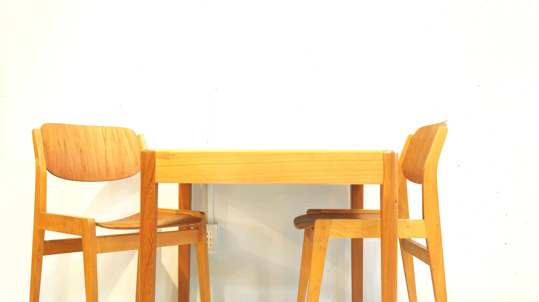 丸みのある角が温かみを感じさせてくれるビンテージのダイニングテーブル。木目の美しいチーク材を使用し、小ぶりなサイズ感が、日本の間取りに相性よく現行で販売されている2人掛けのダイニングテーブルが大きくお部屋の間取りに合わない方などにオススメです。また通常のダイニングテーブルよりも高さが低いめの設計がされており小さなお子様にも使いやすい高さかと思います。やわらかい印象から、北欧スタイル、ナチュラルインテリアに馴染の良いお品物です。是非この機会にいかがでしょうか。~【東京都杉並区阿佐ヶ谷北アンティークショップ 古一/ZACK高円寺店】 古一では出張無料買取も行っております。杉並区周辺はもちろん、世田谷区・目黒区・武蔵野市・新宿区等の東京近郊のお見積もりも!ビンテージ家具・インテリア雑貨・ランプ・USED品・ リサイクルなら古一へ~,ユーズド, リサイクル,ふるいち,古市,フルイチ,used,furuichi,デザイナーズ,デザイナーズ家具,