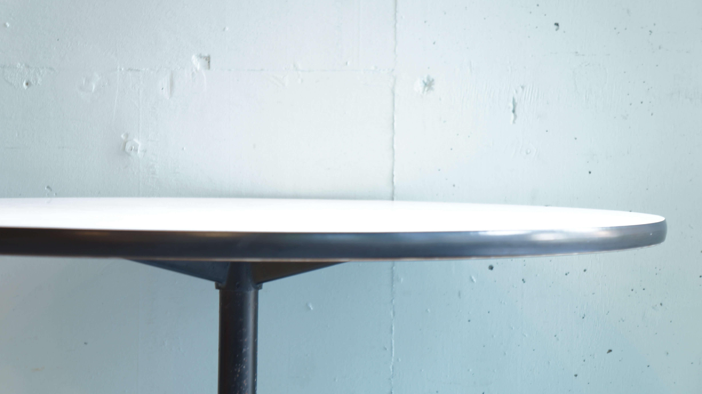 Herman Miller Eames Round Table with Contract base / ハーマンミラー イームズテーブル コントラクトベース 【商品説明】 優れた芸術作品がすべてそうあるように、時代を超えて評価されて続けているデザイン、 その美しさ、強度と耐久性から長年にわたりーティングからディナースペースまで幅広い層から 信頼を得ており全世界的で使用されている、イームズテーブル コントラクトベース。 4人で軽食、食事なら大人3人でも十分に使えるサイズ。 ラウンドした天板が空間の印象にやわらかさを与えます。 メラミントップは水気や衝撃に強いのがポイント。 小さなお子さんのいらっしゃるご家庭でもストレスなくご使用いただけます。 また1本脚のベースは椅子を配置しても収まりがよく、家族で囲むにも、 会社で会議テーブルとしても、多様性があります。 ミッドセンチュリーの定番ともいえるこちらの イームズテーブル コントラクトベース。 是非この機会にいかがでしょうか. ~【東京都杉並区阿佐ヶ谷北アンティークショップ 古一/ZACK高円寺店】 古一では出張無料買取も行っております。杉並区周辺はもちろん、世田谷区・目黒区・武蔵野市・新宿区等の東京近郊のお見積もりも!ビンテージ家具・インテリア雑貨・ランプ・USED品・ リサイクルなら古一へ~,ユーズド,ふるいち,古市,フルイチ,used,furuichi