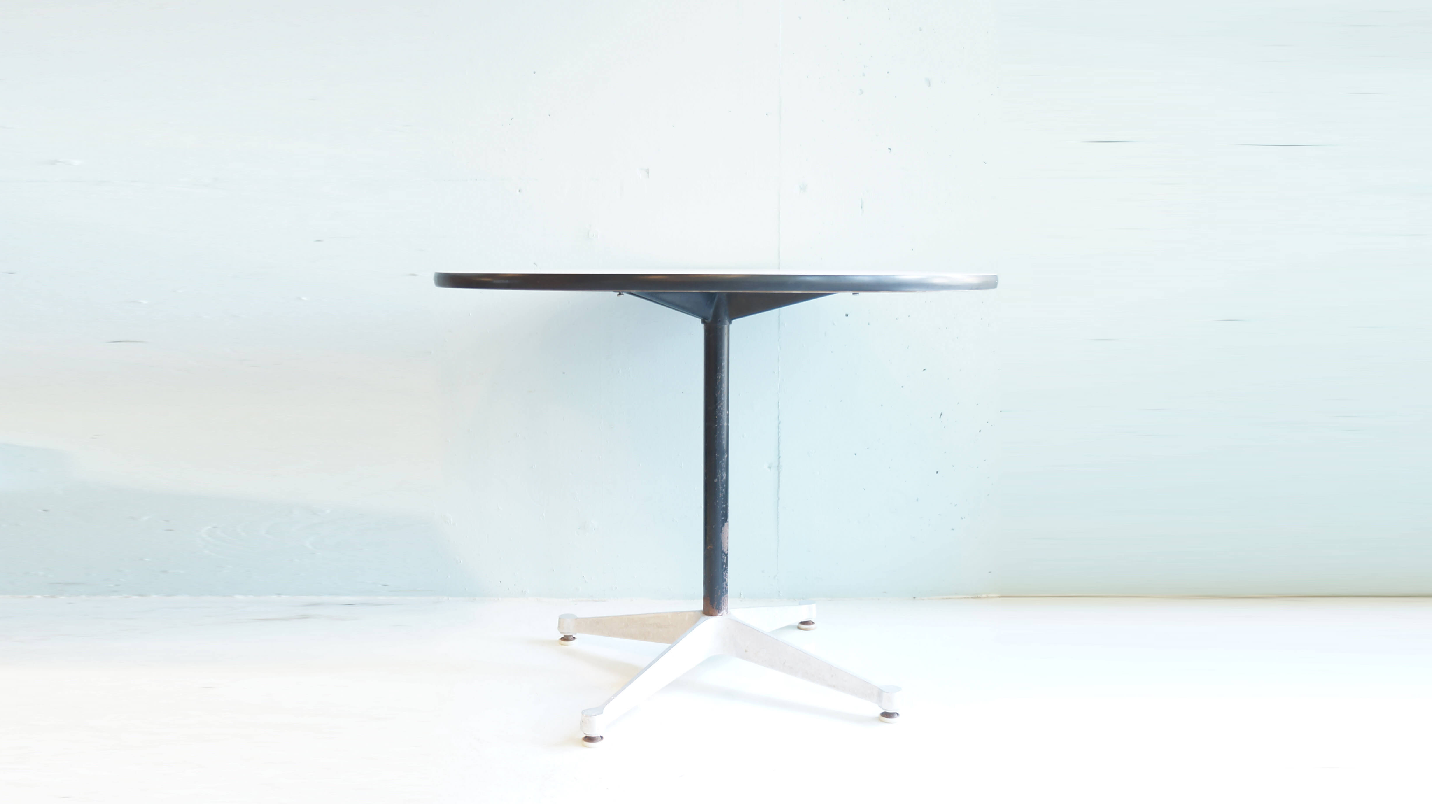Herman Miller Eames Round Table with Contract base / ハーマンミラー イームズテーブル コントラクトベース