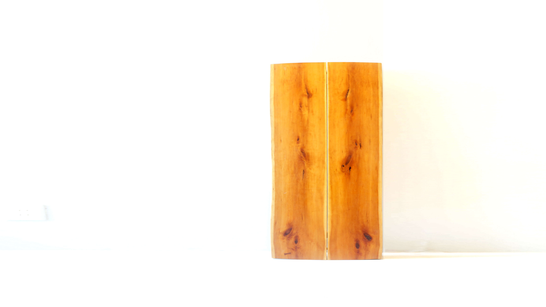 KIJIYA BOOK MATCH DINING TABLE / 雉子舎 キジヤ ブックマッチ ダイニングテーブル 【商品説明】 飛騨高山の家具工房「雉子舎」。 無垢の魅力を伝える、雉子舎の家具づくりは、 材となる無垢の木と真正面から向き合い、 無垢の木の魅力を飛騨の匠の技術を受け継ぐ現代の職人たちの手によってさらに引き出し、 100年後も使い続けられるような家具を製作しています。 こちらのお品物は、質の高い家具作り続けている雉子舎だからこそ製造できる ブックマッチという技法を使った最上級ダイニングテーブルです。 ブックマッチとは、もともと一本の木の隣り合わせだった2枚の板を、 面していた側を本の見開きのように組み合わせ、 スリットを持たせて接合した、左右対称の木目を楽しむことのできる技法。 ブックマッチの美しさは同じ模様が左右対称に並ぶことにありますから、 製材をした時点でブックマッチに向いていると思われる木だけを、 ブックマッチテーブルに仕立てることになり 自ずと生産数も限られる商品です。 こちらの天板は、スリット入りタイプの天板で 対称になっている木目をより引き立たせるようデザインされています。 また、スリットの間に汚れが入ってしまってもしっかりと拭き取れるよう、 裏側に指の入る分だけの隙間がございます。 また、脚が天板の両端を2本の脚で支える「T字タイプ」となっており、 4本脚タイプに比べて接地面が広く安定性があり、 椅子を引くスペースが少なくて済むので、 コンパクトな造りの部屋でも使いやすい仕様となっております。 割れが広がらないように入れる「チギリ」など細部まで 手が込まれており、飛騨家具を代表する雉子舎の 家具に対する、精神が感じられるお品物です。 大量生産では、味わえない質の高いこちらのダイニングテーブル 是非この機会にいかがでしょうか。~【東京都杉並区阿佐ヶ谷北アンティークショップ 古一/ZACK高円寺店】 古一では出張無料買取も行っております。杉並区周辺はもちろん、世田谷区・目黒区・武蔵野市・新宿区等の東京近郊のお見積もりも!ビンテージ家具・インテリア雑貨・ランプ・USED品・ リサイクルなら古一へ~,ユーズド,ふるいち,古市,フルイチ,used,furuichi