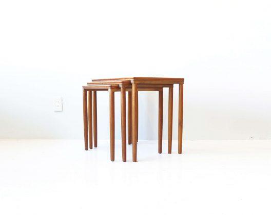 DANISH VINTAGE NEST TABLE /ネストテーブル デンマーク ビンテージ 【商品説明】 デンマーク製のビンテージのネストテーブルが入荷いたしました。天板下から真っ直ぐに伸びたレッグがすっきりとした印象を与える1台。別々のテーブルとしてもお使いいただけ,花台、来客時のテーブルになど色々な使い方を楽しめます。また、重ねてシェルフや飾り棚としてご使用される方も多いお品物です。テーブルを重ねた際にもきれいに収まりますので、重なった姿もお楽しみいただけると思います。機能性だけでなく、美しさも兼ね備えたネストテーブル、是非この機会にいかがでしょうか。~【東京都杉並区阿佐ヶ谷北アンティークショップ 古一/ZACK高円寺店】 古一/ふるいちでは出張無料買取も行っております。杉並区周辺はもちろん、世田谷区・目黒区・武蔵野市・新宿区等の東京近郊のお見積もりも!ビンテージ家具・インテリア雑貨・ランプ・USED品・ リサイクルなら古一/フルイチへ~