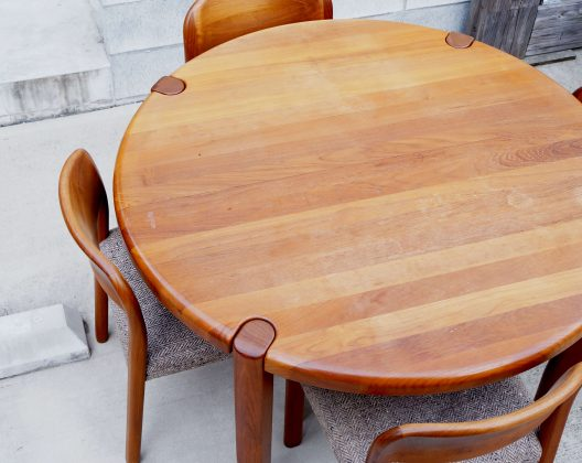dylund Teak Wood Dining Table made in Denmark / デューロン社製 ダイニングテーブル チーク材 デンマーク製 【商品説明】 デューロン(dyrlund)は、1960年に北欧デンマークで創立された家具メーカー。 デューロンの家具は、高品質な木材を素材とし、長年培われた職人の技術や、 デザインを駆使して作られた高品質さ、 そして使い勝手の良さが特徴で、世界中の有名人にも愛用されています。 北欧家具でもなかなか見られないチーク総無垢のダイニングテーブル。 無垢ならではの削りだし天板は非常に滑らかに作られており、 思わず手が伸びるような美しい仕上がりです。 シンプルなデザインですが、 脚部の意匠、エクステンション機能など、 北欧のクラフトマンシップが感じられる上質なプロダクトです。 是非この機会にいかがでしょうか。 ~【東京都杉並区阿佐ヶ谷北アンティークショップ 古一/ZACK高円寺店】 古一では出張無料買取も行っております。杉並区周辺はもちろん、世田谷区・目黒区・武蔵野市・新宿区等の東京近郊のお見積もりも!ビンテージ家具・インテリア雑貨・ランプ・USED品・ リサイクルなら古一へ~,ユーズド,ふるいち,古市,フルイチ,used,furuichi