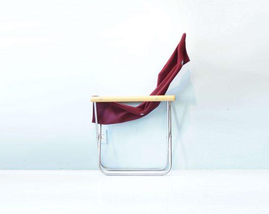 デザイナー 新居猛(にい・たけし) 徳島県の剣道具製造業の3代目として誕生. 「座り心地を落とさず、とにかく安く、道具のように役立ってこそ椅子」という信念のもと、 徹底して無駄を省いたシンプルなデザインは、様々なシーンに合わせやすく、 リビングなどの洋室から和室まで使う場所を問わない、世界に誇る日本の椅子の一つを作り上げました。 MoMA(ニューヨーク近代美術館)永久保存商品に認定された究極のチェアです。 ミニマムデザインで重さ6.5㎏と軽量なので、女性でも軽々と持ち運べます。 厚み約15㎝まで折り畳むことで、隙間に収納することが可能。 肘かけの高さ、シートの高さ、背もたれの角度、生地の張り具合に至るまで、 人間工学に基づいて計算し、座り心地を追求しています。 持ち運びにも大変便利ですのでベランダやウッドデッキ、 アウトドアなど幅広い場面でお使い頂けます。 またシートは取り外しが可能で、ドライクリーニングでのお手入れができます 寝室に持ち運んでゆっくりと読書などしてみるのはいかがでしょうか。~【東京都杉並区阿佐ヶ谷北アンティークショップ 古一/ZACK高円寺店】 古一では出張無料買取も行っております。杉並区周辺はもちろん、世田谷区・目黒区・武蔵野市・新宿区等の東京近郊のお見積もりも!ビンテージ家具・インテリア雑貨・ランプ・USED品・ リサイクルなら古一へ~,ユーズド,ふるいち,古市,フルイチ,used,furuichi