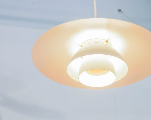 LouisPoulsen/ルイスポールセン PH4/3ペンダントライト 照明 ランプ数々の名作照明を生み出したポール・ヘミングセンの中でも 世界的に有名なシリーズの一つ【 PH4/3 】 同シリーズの『PH5』が上方向にも光を放つのに対し、 PH4/3は下方向だけに光を集中して光を放つコンパクトなペンダントライトです。 電球は100wまで取り付けが可能で強く眩しい光を数学的な設計のシェードで、 優しく暖かみのある光へ変換します。 消灯時もお部屋のアクセントとして空間を彩り、 様々なインテリアに対応可能なデザインです。LouisPoulsen,ルイスポールセン PH4 / 3 , 照明,デンマーク北欧,ヴィンテージ,北欧デザイン,北欧 ライト,フロア,ランプランプ,denmark,scandinavian,照明,scandinavian vintage,vintage,北欧,北欧雑貨,中古,東京都,杉並区,阿佐ヶ谷,北,アンティーク,ショップ,古一,ZACK,高円寺,店,古,一,出張,無料,買取,杉並区,周辺,世田谷区,目黒区,武蔵野市,新宿区,東京近郊,お見積もり,ビンテージ家具,インテリア雑貨,ランプ,USED品, リサイクル,ふるいち,フルイチ,古一,used,furuichi~【東京都杉並区阿佐ヶ谷北アンティークショップ 古一/ZACK高円寺店】 古一/ふるいちでは出張無料買取も行っております。杉並区周辺はもちろん、世田谷区・目黒区・武蔵野市・新宿区等の東京近郊のお見積もりも!ビンテージ家具・インテリア雑貨・ランプ・USED品・ リサイクルなら古一/フルイチへ~