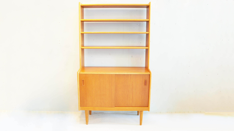 北欧 ビンテージ カップボード/シェルフ/オープンラックDemark Vintage System Shelf~【デンマークのヴィンテージ品となります。メインはチーク材でフレームの縁や脚には、堅く耐久性に優れたオーク材が使われており、オーク材のエッジラインが全体のデザインを引き立てておりますと記載しておりますが、背板がなくコンパクトな設計で、棚板は自在に脱着や、高さの変更ができるため、オープンラックとしてお部屋の間仕切りや、本棚、カップボード、食器棚など様々な用途に利用出来るお品です。また、同タイプの物がもう一点あり、中央にスペースを空けて左右に並べ、真ん中に板をはめると全て連結させる事ができ、中央部分はデスクとしても使える優れものです2点ともお買い上げ頂いたお客様には、中央にはめる棚板もお付け致します。北欧ビンテージ家具の中でもオープンラックは珍しく、コンパクトなサイズ感と、脚先にまで感じられる北欧の温もりを是非味わって下さい。食器棚,カップボード,棚,飾棚,シェルフ,デスク,本棚,キャビネット,DANISH,VINTAGE,SIDE,CHEST,OF,DRAWERS,デンマーク製,ビンテージ,サイドチェスト,ローボード,チーク材中古,東京都,杉並区,阿佐ヶ谷,北,アンティーク,ショップ,古一,ZACK,高円寺,店,古,一,出張,無料,買取,杉並区,周辺,世田谷区,目黒区,武蔵野市,新宿区,東京近郊,お見積もり,ビンテージ家具,インテリア雑貨,ランプ,USED品, リサイクル,ユーズド,ふるいち,古市,フルイチ,used,furuichi