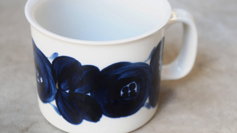 """アラビアを代表するデザイナーのひとり、ウラ・プロコッペが手掛けた""""アネモネ""""シリーズ。 ハンドペイントで大胆に描かれたアネモネの花が目を引く大人気シリーズです。 全て職人さんの手で絵付けされているので、ひとつひとつ色の濃さや花の形などが異なります。 深い藍色が和食器とも相性が良いというのも人気の理由のひとつです。 こちらはちょっと珍しい大容量サイズのマグカップ。 お仕事やお勉強、読書のお供にはたっぷりと注げるのがうれしいですね。 コーヒーや紅茶だけでなく、これであたたかいスープを飲むのもおすすめです。 """"アネモネ""""は1964~1974年に生産され、その後1980年代に復刻されました。 こちらのマグカップのように、裏の手書きのサインが入っているものは 1964~1974年に生産されたオリジナルです。 窯の中にボウルが入っている""""オーブン対応マーク""""もかわいいです。 市場ではなかなか出回らない大きなサイズのマグカップ。 お探しの方はぜひいかがでしょうか♪ ~【東京都杉並区阿佐ヶ谷北アンティークショップ 古一/ZACK高円寺店】 古一/ふるいちでは出張無料買取も行っております。杉並区周辺はもちろん、世田谷区・目黒区・武蔵野市・新宿区等の東京近郊のお見積もりも!ビンテージ家具・インテリア雑貨・ランプ・USED品・ リサイクルなら古一/フルイチへ~"""