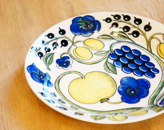 """フィンランドを代表する陶芸家で、""""陶芸界のプリンス""""""""デコレーションの王様""""とも呼ばれた、 ビルイエル・カイピアイネン。 彼が1969年にデザインした、不朽の名作PARATIISI(パラティッシ)。 40年以上経った今でも、世界中で愛され続けている、アラビアを代表するシリーズ。 PARATIISI(パラティッシ)とはフィンランド語で""""楽園""""という意味を持ちます。 花や果実のモチーフが大胆に描かれた、その名の通りまさに楽園のように華やかなデザイン。 こちらは26cmの大きなサイズのプレート。 メインディッシュやワンプレートディッシュにぴったりなサイズです。 また、ちょっと汁気のあるお料理を盛り付けても、このプレートならOK! 食卓を彩る華やかさと大きめのサイズが使い勝手のいいプレート。 器を一つテーブルセッティングに取り入れるだけで、 華やかな食事のシーンを演出できる、パラティッシ。 パーティーなどにもいかがでしょうか♪ ~【東京都杉並区阿佐ヶ谷北アンティークショップ 古一/ZACK高円寺店】 古一/ふるいちでは出張無料買取も行っております。杉並区周辺はもちろん、世田谷区・目黒区・武蔵野市・新宿区等の東京近郊のお見積もりも!ビンテージ家具・インテリア雑貨・ランプ・USED品・ リサイクルなら古一/フルイチへ~"""